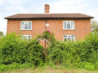 THE OLD COTTAGE, rural views, perfect for families, near Wragby