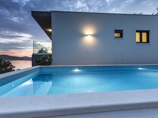 Luxury 4 Stars Villa Regina with swimming-pool and sea view
