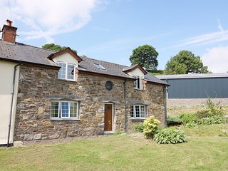 CEFN COTTAGE, woodburner, en-suites, balcony, lawned garden, Llanidloes, Ref 945