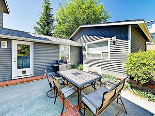 3BR w/ Fireplace, Patio & Balcony - Puget Sound Views, Prime Locale