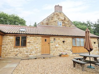 KITCHEN COTTAGE, breakfast bar, open-plan, courtyard with furniture, near Thirsk