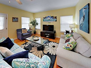 Cozy 3BR Hideaway Cottage w/ Pool, Hot Tub & Tennis - Walk to Beach