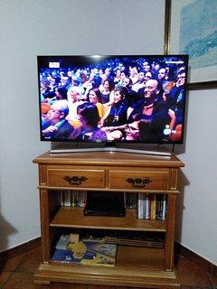 Smart tv 4K,  Blue-Ray, películas y juegos de mesa (ajedrez, naipes, dominó, Parchís, etc).