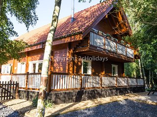 Huge luxury 2 storey cabin with lake views at Alpine Lodge in Norfolk. REF 34045
