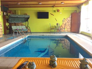 Apt w/ heated indoor swimming-pool
