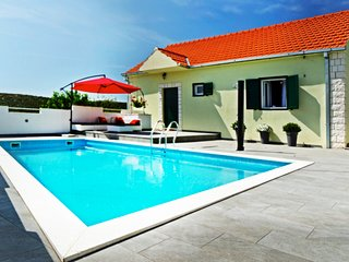 SUNNY residence with POOL blended in with NATURE (25 min from SPLIT)