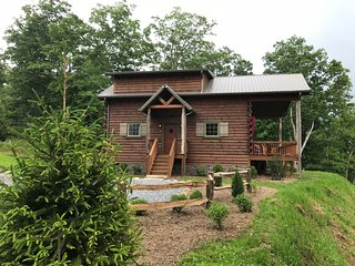 New 2 br/2ba private log cabin with fantastic mountain views, sleeps 5, hot tub