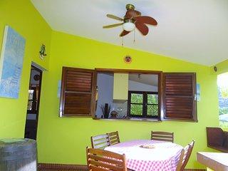 Joli Haut de Maison avec terrasse couverte, 2 chambres climatsées, 50m plage