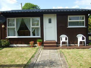 Cedarwood bungalow, situated down quiet country lane, private grounds, parking.