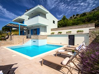 Villa Allegra with heated pool and sea view, 300m from the sandy beach