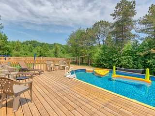 Pet & Child Friendly & Wheelchair Ramp!  Private Pool, Volleyball Court, Near GR