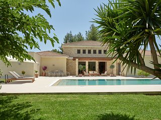 Villa la Curva - 370 sqm near the beach. 1800 sqm garden with a 90 sqm pool.