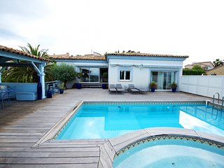 33617 3-bedroom villa for 8 people, pool, sea view, garden,beach and centre 1 km