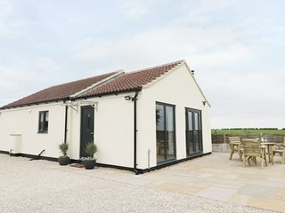 FIELDSIDE, all ground floor, lovely views, near Hunmanby, Ref 961536