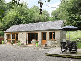 WOODPECKER COTTAGE, open-plan living, WiFi, countryside.