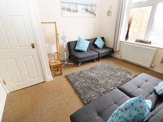 FLAT 2, 4 ST EDMUND'S TERRACE, sea views, centre of Hunstanton, open-plan