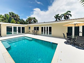 Poolside Luxury 3BR w/ Private Pool, 4 Blocks to the Beach!