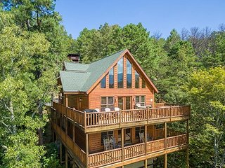 NEW LISTING! Gorgeous cabin w/amazing view, hot tub, home theater & game room