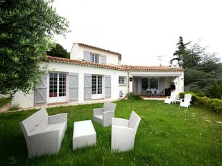 211043 3-bedr. villa for 8, private pool,small sea view, partly airco,near beach