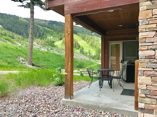 Luxury Ski-In Condo..Patio, Hot tub, Views! $62 Ski Lift Passes, 7th Night Free!