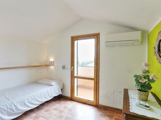 Sughera Apartment Sleeps 5 with Pool Air Con and WiFi - 5055449