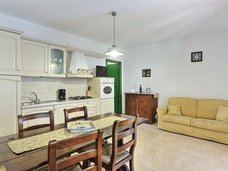 Sughera Apartment Sleeps 5 with Pool Air Con and WiFi - 5055452