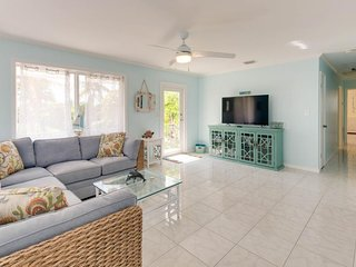 Ocean view home with kayak near beaches, parks, shops & restaurants!