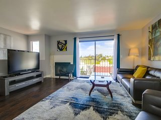 Sunshine & Palm Trees! 2bd/3b Condo