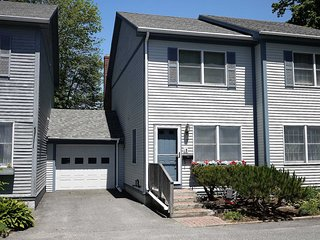Cottage Street Townhouse - in the heart of Bar Harbor