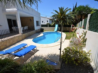 Lovely 4 bedroom Villa, Pool, BBQ, Air Con, WIFI, walking distance to amenities