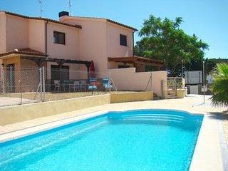 Casa nueva con jardín privado y piscina comunitaria