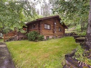 Enchanting dog-friendly log cabin - close to Harrison Slough & outdoor fun!