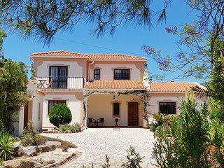 Family Friendly Algarve Villa with Private Pool & Free WiFi