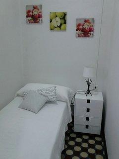 Dormitorio individual, con vistas al mar, al que se accede por la sala con el sofá cama.