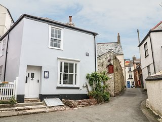 SUNNY COTTAGE, centre of Kingsand, pet-friendly, WiFi