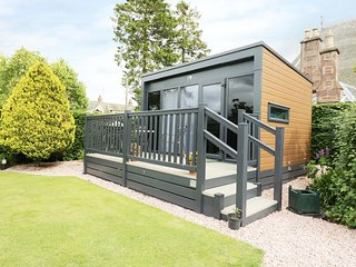 CABIN AT THE TAVERN, pub across garden, studio accommodation, Coupar Angus 2 mil