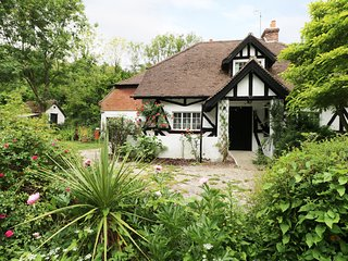 GIBBYS COTTAGE, Black and White, en-suites, South Downs National Park