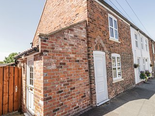 4 LYNTON COTTAGES, quiet location, private garden, short walk to pub, Hornsea, R