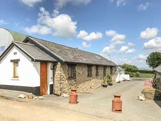 YR HEN BEUDY, family friendly, country holiday cottage, with a garden in Pontsia