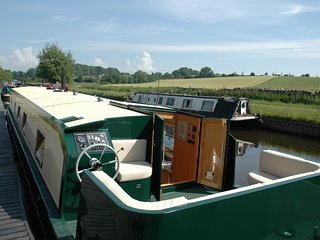 CANAL BARGE, WiFi, Moored in Barnoldswick