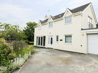 BRYN HYFRYD COTTAGE, spacious retreat, perfect for families, close to the beach,