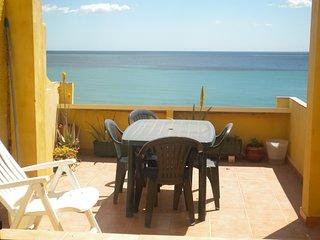 Casa frente al mar a 200m. y con vistas , parking , comunicaciòn tren y bus ...