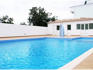 Centrally located 2-bedroom apartment with pool