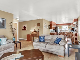 Downtown Delish - 3 BR2BA, King Bed, Fenced Yard, Carport, Quiet & upstairs!