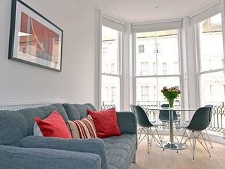 Bicknell Lascelles - contemporary 1st floor flat off beachfront For 5 People
