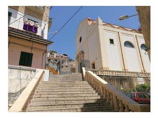 Casa Carrubella si trova al centro storico di Monreale difronte la Collegiata