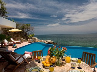 Beautiful villa close to the beach with stunning views of the ocean and bay