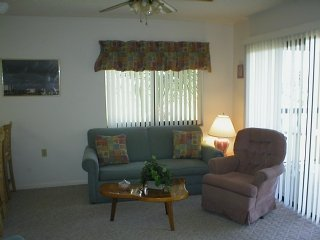 Bright 2 Br/ 1.5 Ba Top floor condo in Gated complex, 2 pools, tennis and beach