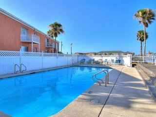 Dog friendly condo w/shared pools & great location near Schlitterbahn.