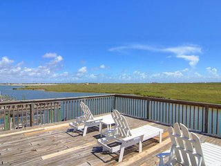 Waterfront townhome with multi-level deck - views!